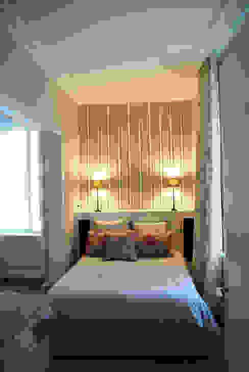 モダンスタイルの寝室 の Design d'azur モダン