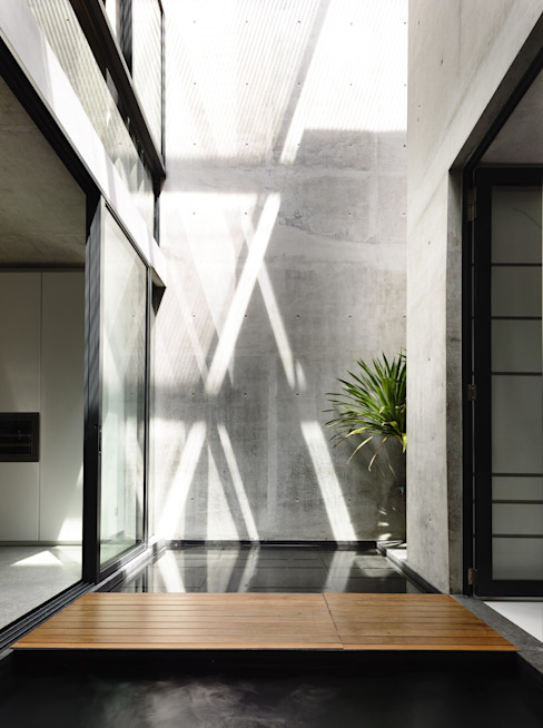 Pareti & Pavimenti in stile moderno di HYLA Architects Moderno