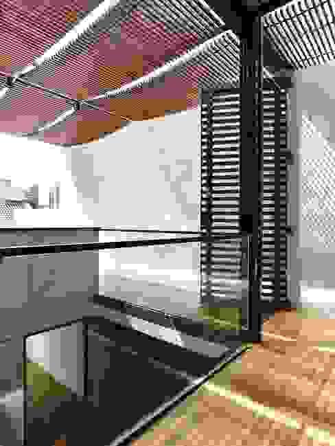 Balcone, Veranda & Terrazza in stile moderno di HYLA Architects Moderno