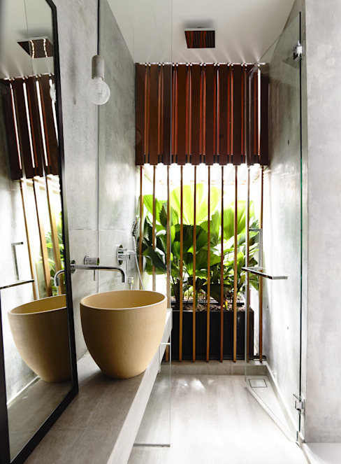 Well of Light:  Bathroom by HYLA Architects,