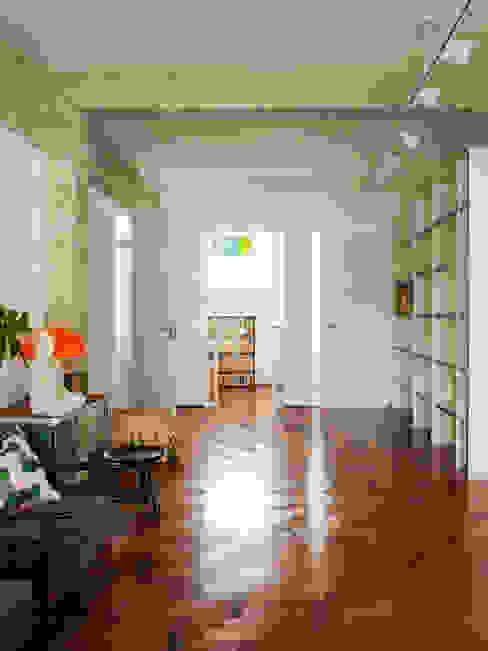 Ingresso, Corridoio & Scale in stile eclettico di Mauricio Arruda Design Eclettico
