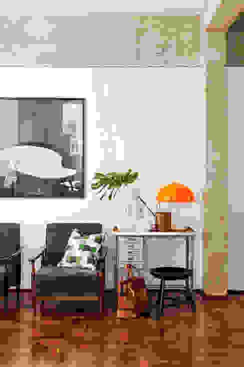 Salones de estilo ecléctico de Mauricio Arruda Design Ecléctico