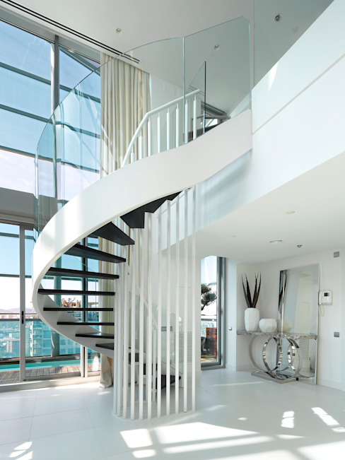 El mar en casa Pasillos, vestíbulos y escaleras de estilo mediterráneo de Molins Design Mediterráneo