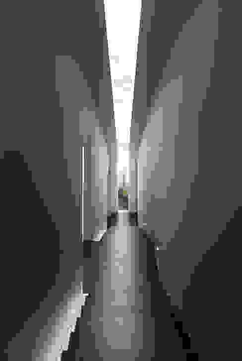Koridor dan lorong oleh homify, Modern