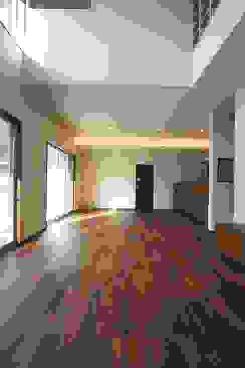 Paredes y pisos modernos de CAF垂井俊郎建築設計事務所 Moderno