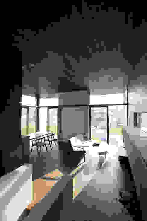 Salon moderne par 時空遊園 JIKOOYOOEN ARCHITCTS Moderne