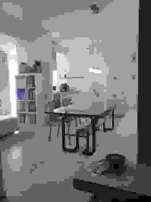living Case in stile minimalista di ecoArchitettare Minimalista