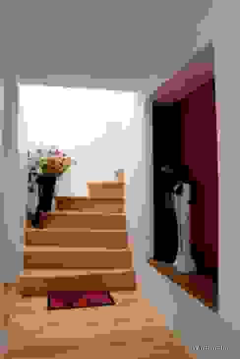 Montée vers la lumière Couloir, entrée, escaliers modernes par 3B Architecture Moderne