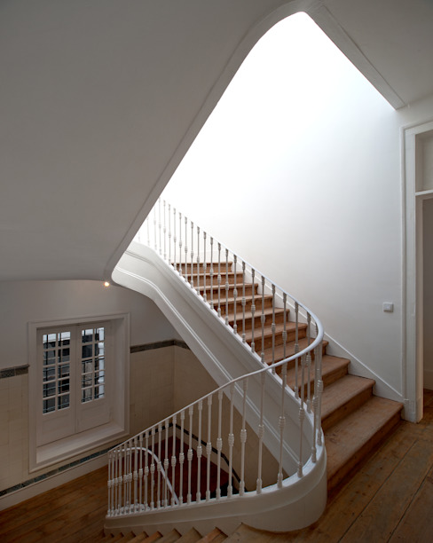 FANQUEIROS Corredores, halls e escadas clássicos por José Adrião Arquitectos Clássico
