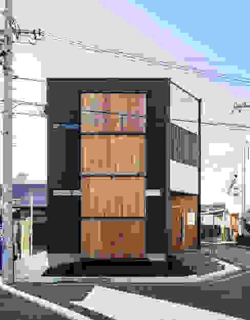 Case moderne di 辻岡直樹建築設計事務所㈱ Moderno