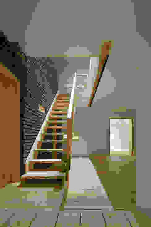 Modern corridor, hallway & stairs by 무회건축연구소 Modern