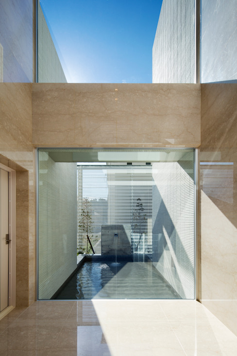 水盤と青空: 株式会社 U建築研究所が手掛けた家です。,モダン