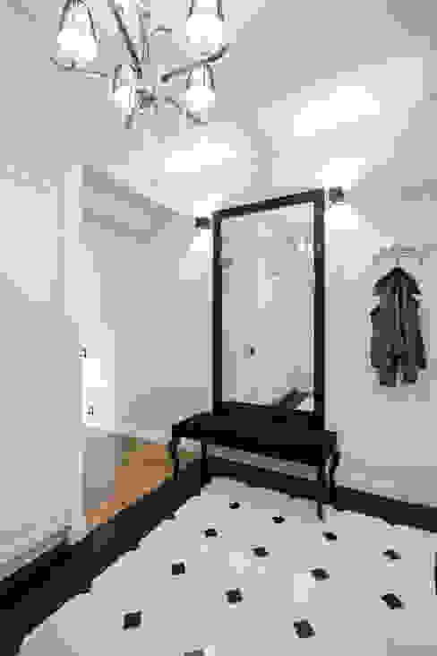 Warszawa - mieszkanie z nutką klasyki Klasyczny korytarz, przedpokój i schody od Art of home Klasyczny