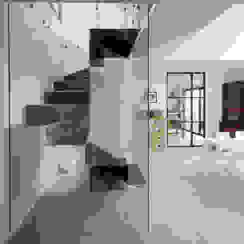 Escalier BOX PLEXI: Couloir et hall d'entrée de style  par Atelier MaDe, Minimaliste