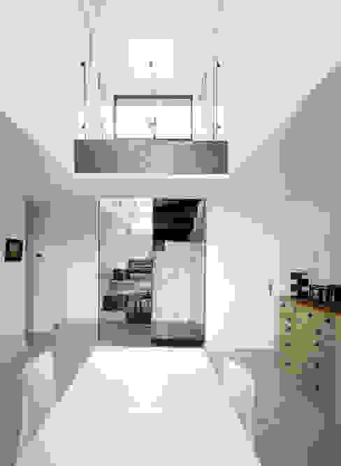 Minimalistyczny korytarz, przedpokój i schody od Atelier MaDe Minimalistyczny