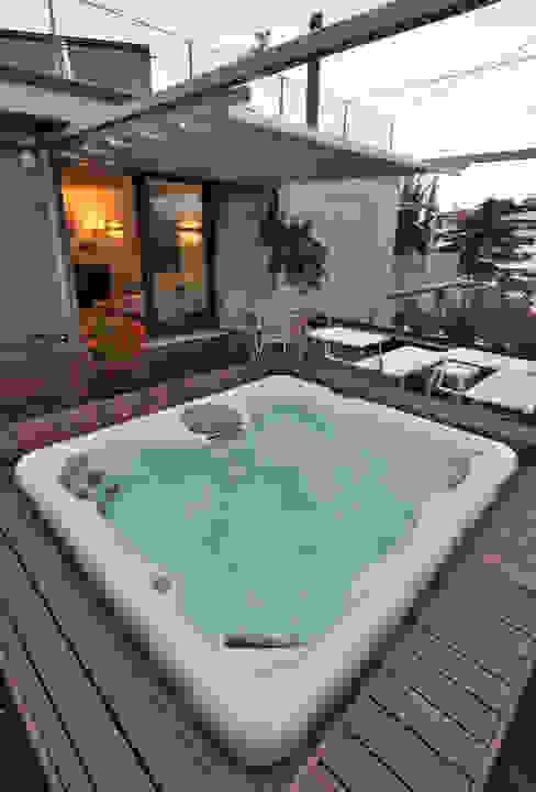 +studi: terrazza con spa attico L+S Balcone, Veranda & Terrazza in stile moderno di +studi Moderno