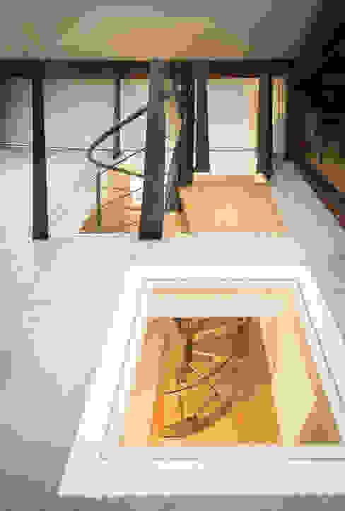 Eklektyczny korytarz, przedpokój i schody od Atelier MaDe Eklektyczny