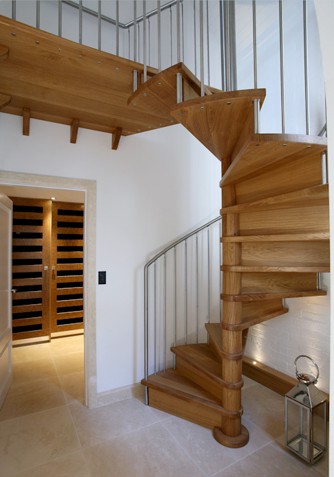 New spiral staircase to guest wing de Angel Martin Interiors Moderno