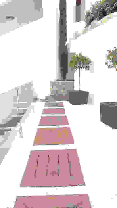 Balconies, verandas & terraces  by Ivan Torres Architects,
