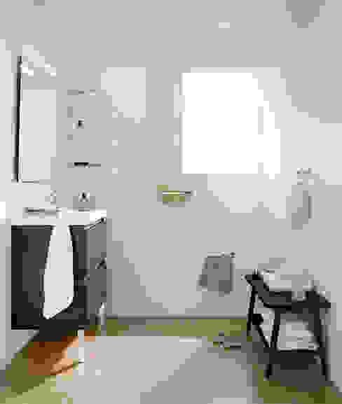 Mueble Antracita con lavabo de resina con dos cajones 100cm x 45cm de profundidad x 69cm altura. Baños de estilo moderno de Sánchez Plá Moderno