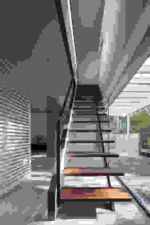 House for green,breeze and light Moderner Flur, Diele & Treppenhaus von Yaita and Associaes Modern