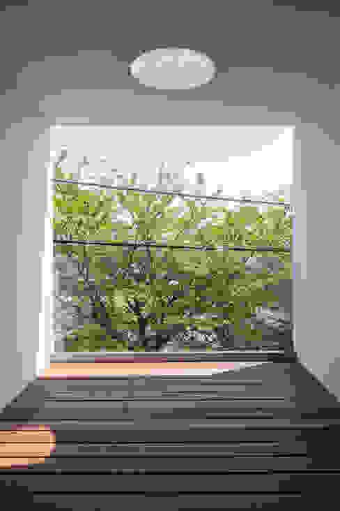 House for green,breeze and light Balcon, Veranda & Terrasse modernes par Yaita and Associaes Moderne