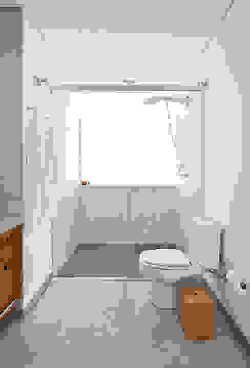 Bathroom by Zoom Urbanismo Arquitetura e Design