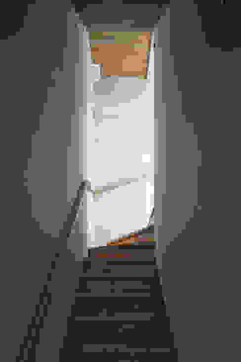Nowoczesny korytarz, przedpokój i schody od plsd.suyama Nowoczesny