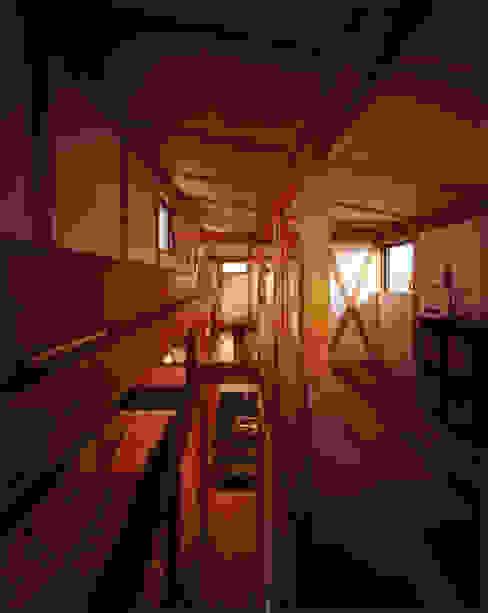 薪塀の家 内観 若夫婦の二階多目的室と階段: 東山明建築設計事務所が手掛けた廊下 & 玄関です。,和風