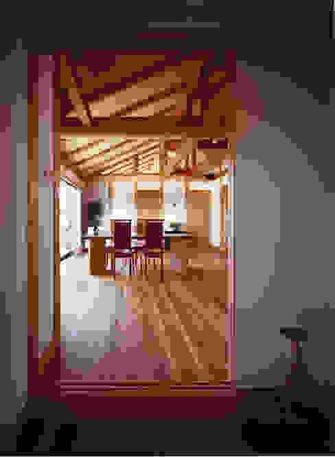 薪塀の家 内観 老夫婦リビング&ダイニング 和風デザインの リビング の 東山明建築設計事務所 和風