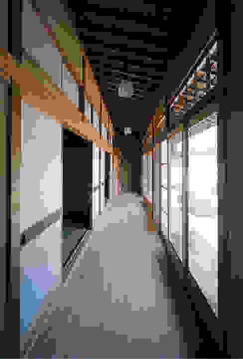 Azjatycki korytarz, przedpokój i schody od MOW Architect & Associates Azjatycki