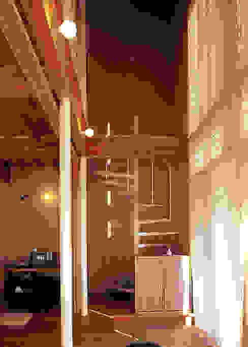 Eklektyczny korytarz, przedpokój i schody od 稲吉建築企画室 Eklektyczny