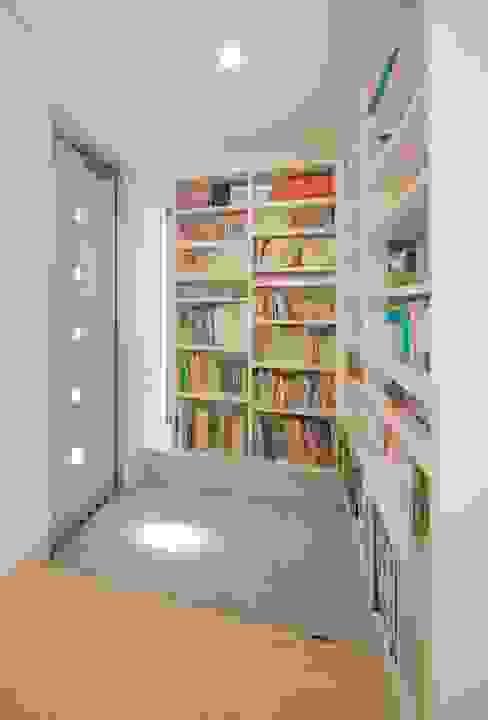 Modern Corridor, Hallway and Staircase by A-box設計室 Modern