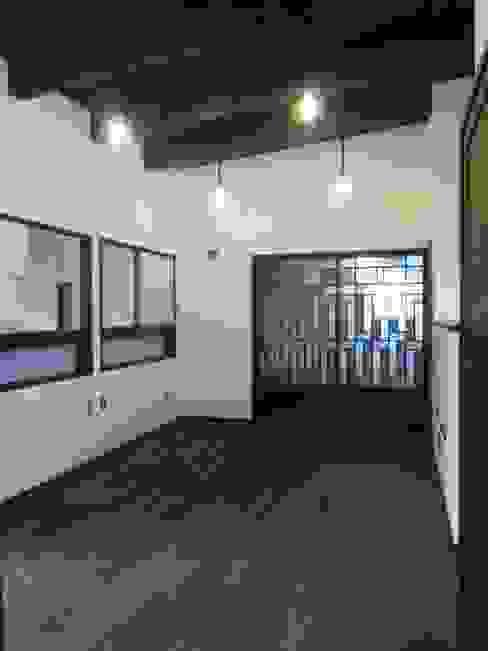 2階寝室: 青戸信雄建築研究所が手掛けた寝室です。,クラシック