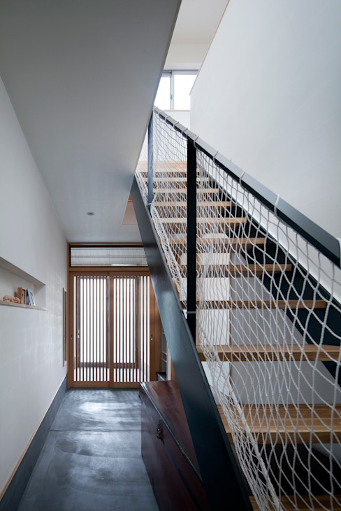 Eclectic style corridor, hallway & stairs by C lab.タカセモトヒデ建築設計 Eclectic
