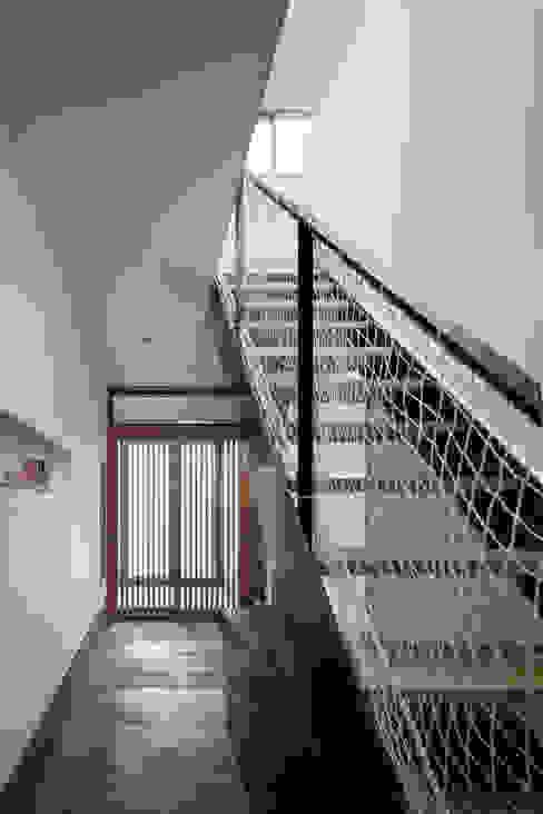 Couloir et hall d'entrée de style  par C lab.タカセモトヒデ建築設計, Éclectique