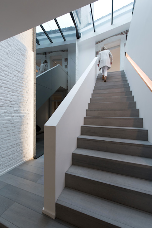 Habitation Privée Vieux-Lille: Couloir et hall d'entrée de style  par mayelle architecture intérieur design, Moderne
