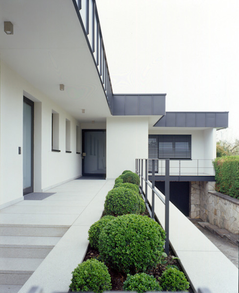 Entrance Area outside tredup Design.Interiors Modern houses