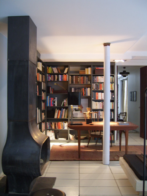 Bookshelf and Fireplace Salones modernos de tredup Design.Interiors Moderno