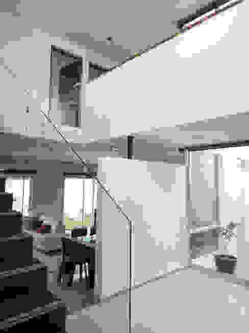 Pasillos, vestíbulos y escaleras modernos de Abraham Cota Paredes Arquitecto Moderno
