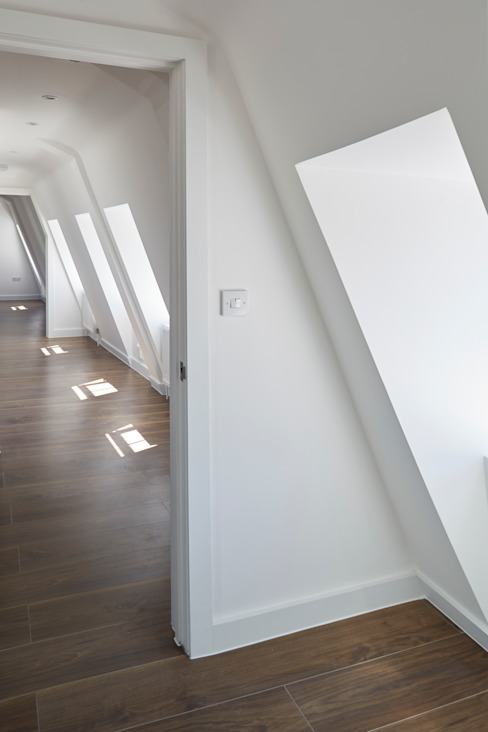 Let there be light... Minimalist corridor, hallway & stairs by IS AND REN STUDIOS LTD Minimalist