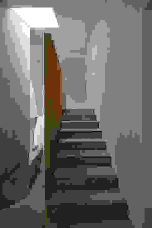 Zwei Wohnkulturen unter einem Dach Moderner Flur, Diele & Treppenhaus von Halle 58 Architekten Modern