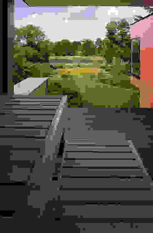 Nowoczesny balkon, taras i weranda od MAX-Haus GmbH Nowoczesny