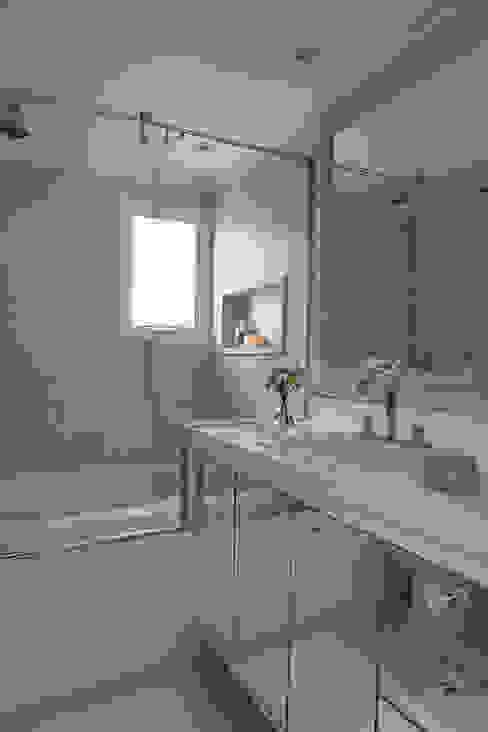 Bathroom by Lore Arquitetura, Minimalist
