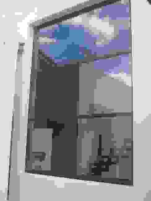 Residencial Puertas y ventanas modernas de Multivi Moderno