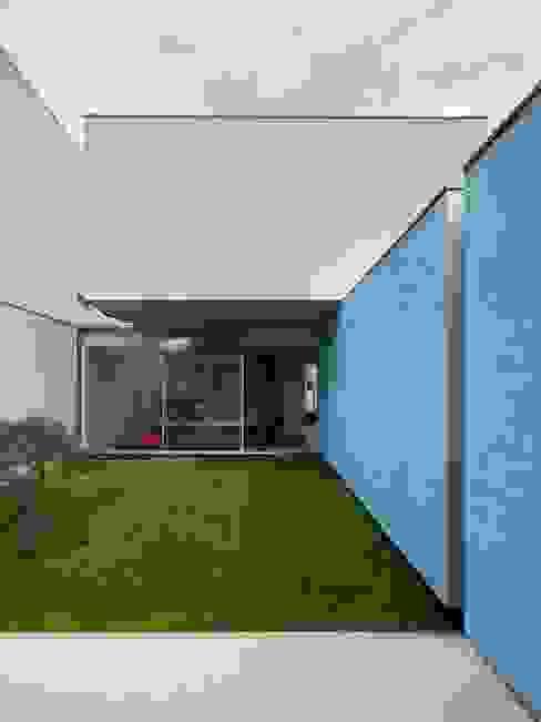 Casa Ricardo Pinto: Jardins  por CORREIA/RAGAZZI ARQUITECTOS,Moderno