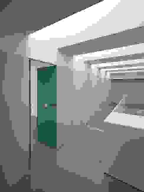Casa Ricardo Pinto: Corredores e halls de entrada  por CORREIA/RAGAZZI ARQUITECTOS,