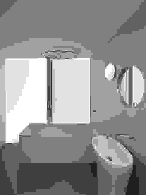Casa Ricardo Pinto CORREIA/RAGAZZI ARQUITECTOS Moderne Badezimmer