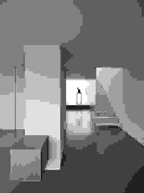 Pasillos y hall de entrada de estilo  por CORREIA/RAGAZZI ARQUITECTOS,