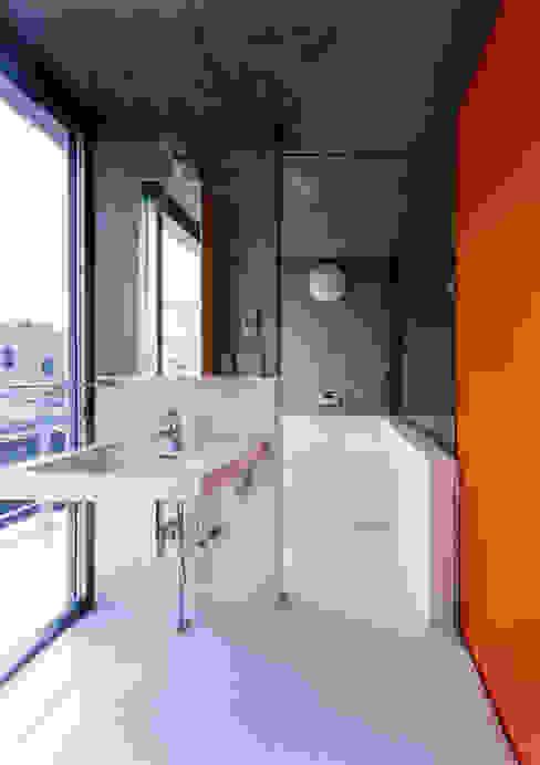 緑に囲まれたステージ: ユミラ建築設計室が手掛けた浴室です。,モダン